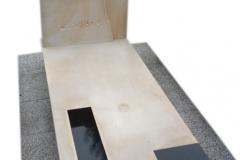066 Pomnik bialo-czarny, pojedynczy z piaskowca i granitu, Buczkowice k.Zywiec, rzezbiarz Janusz Moroń