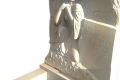 077 Nagrobek pojedynczy z plaskorzezba aniola z piaskowca, Ruda Slaska, rzezbiarz Janusz Moroń