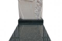 097 Nagrobek pojedynczy granitowy wraz z rzezba aniola z piaskowca, Tarnowskie Gory, rzezbiarz Janusz Moroń