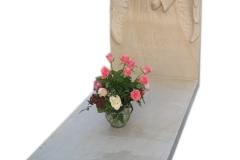 106 Pomnik pojedynczy z piaskowca wraz z rzezba dziewczyny w skrzydlach, rzezbiarz Janusz Moroń