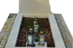 108 Nagrobek pojedynczy z piaskowca z rzezba kapelusza goralskiego, rzezbiarz Janusz Mororń