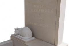 127 Nagrobek pojedynczy z piaskowca wraz z rzezba kota , miejscem na rabtake, Starachowice, woj.swietokrzyskie