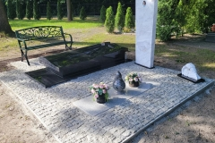 201 Nagrobek pojedynczy w formie sarkofagu z czarnego granitu wraz z szklanym krzyzem oraz tablica napisowa z marmuru, Gliwice