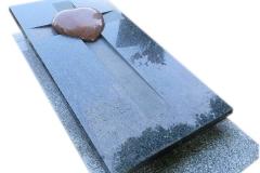 203 Nagrobek granitowy pojedynczy w formie sarkofagu z sercem, Tychy