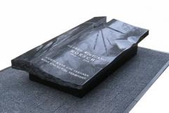 21 Pomnik urnowy, sarkofag z topionym szkłem