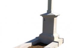 24 Pomnik na urny z piaskowca z wiezyczka i krzyzem