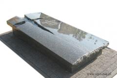 27 Sarkofag z granitu z topionym szklem, nagrobek na urny
