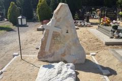 30 Nagrobek urnowy - skała z krzyzem z piaskowca, rzezbiarz Janusz Moroń