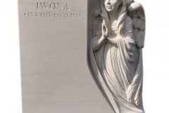 47 Pomniczek pod urny z ciemnego granitu wraz z plaskorzezba aniola w tablicy nagrobnej, Gliwice