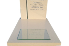 76 Nagrobek urnowy z bezowego konglomeratu kwarcowego wraz ze szklanym krzyzem w tablicy, Bielsko-Biala