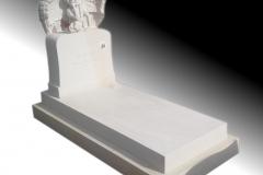 073 Pomnik z piaskowca z rzezba dziewczynki i motylem witrazowym