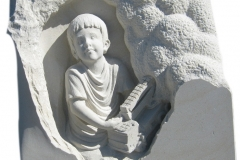 084 Plaskorzezba z piaskowca chlopca z autkiem, Lipowa
