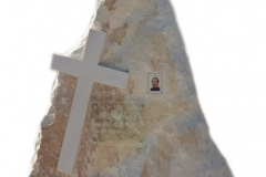 085 Nagrobek nowoczesny z piaskowca w formie skaly, Baszyn, woj.dolnoslaskie, rzezbiarz Janusz Moroń