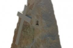 086 Nagrobek nowoczesny z piaskowca, rzezbiarz Janusz Moroń w formie skaly, Baszyn, woj.dolnoslaskie