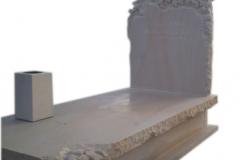 111 Pomnik nowoczesny z piaskowca z rzezba krzyza i winorosli, Zory, rzezbiarz Janusz Moroń