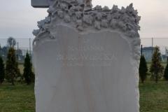 112 Tablica nagrobna z piaskowca z rzezba krzyza i winorosli, Zory, rzezbiarz Janusz Moroń