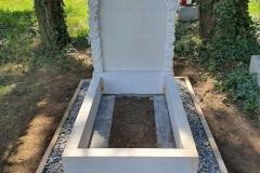 164 Pomniczek dla dziecka z piaskowca wraz z rzezbiona tablica nagrobna, Bielsko Biala