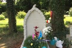 165 Pomniczek dla dziecka z piaskowca wraz z rzezbiona tablica nagrobna, Bielsko Biala