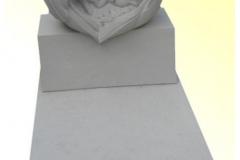 038 Pomnik dla dziecka z rzezba z piaskowca