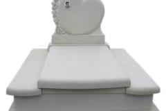 069 Pomnik, grobowiec z piaskowca z rzezba, tablicą nagrobna w ksztalcie serca, Poznan, rzezbiarz Janusz Moroń