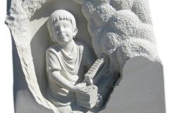 077 Plaskorzezba z piaskowca chlopczyka z autkiem, Lipowa