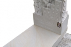 078 Nagrobek dziecięcy z piaskowca wraz z plaskorzezba chlopca, Brzesko