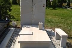 084 Pomnik jasny z piaskowca wraz z plaskorzezba Jezusa, Buczkowice k.Szczyrk, rzezbiarz Janusz Moroń