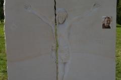 086 Tablica nagrobna - plaskorzezba Jezusa z piaskowca, Buczkowice k.Szczyrk, rzezbiarz Janusz Moroń