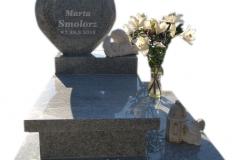 087 Pomniczek dzieciecy granitowy z rzezba aniolka z marmuru, Miedzna, rzezbiarz Janusz Moroń