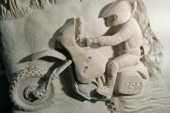 140 Plaskorzezba motocyklisty z piaskowca pod nagrobek, Czechy-Frydek-Mistek, rzezbiarz Janusz Moroń