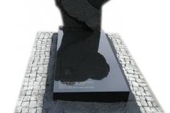 156 Nagrobek z czarnego granitu wraz z rzezbieniami w tablicy nagrobnej, Tychy