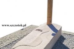 217 Nagrobek rzezbiony z piaskowca wraz z drewnianym krzyzem, Ruda Slaska, woj. slaskie