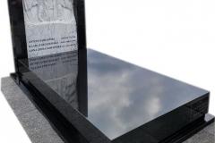 236 Pomnik z czarnego granitu wraz z plaskorzezba aniola z marmuru wloskiego Carrara, Torun
