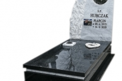 65 Pomnik z czarnego granitu wraz z tablica z marmuru, witrazem i krzyzem, Zywiec
