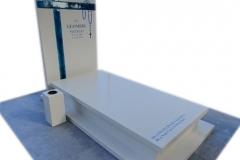 72 Pomnik jasny z konglomeratu kwarcowego wraz ze szklanym krzyzem witrazowym niebieskim i rozancem na tablicy nagrobnej, Raciborz