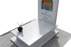 75 Nagrobek bialy dzieciecy z witrazem w tablicy nagrobnej oraz motylem witrazowym na kuli, Ustron