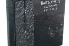 053 Tablica nagrobna czarna ze szkalnym krzyzem, Tychy