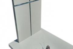 055 Pomnik nowoczesny bialy ze szklanym krzyzem i motylem witrazowym, Wroclaw