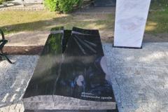 084 Nagrobek w formie sarkofagu z czarnego granitu wraz z szklanym krzyzem oraz tablica napisowa z marmuru, Gliwice