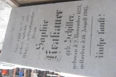 46 Tablica nagrobna w trakcie renowacji, Pszczyna