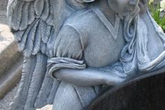 08_rzezba_z_granitu_-_placzacy_aniol_ze_skrzydlami