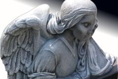 09_rzezba_z_granitu_-_placzacy_aniol_ze_skrzydlami