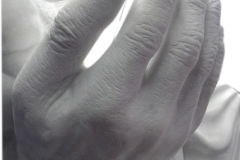 37 Rzezba z bialego marmuru dziecka w dloniach, rzezbiarz Janusz Moroń