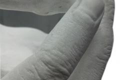 38 Rzezba pelnoplastyczna dziecka w dloniach w marmurze, rzezbiarz Janusz Moroń