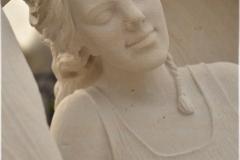 002-rzezba-z-piaskowca-dziewczyna-w-skrzydlach-karczew
