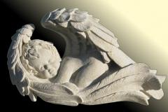 023-rzeba-z-piaskowca-aniolka-w-skrzydlach, rzezbiarz Janusz Moroń