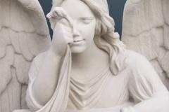 053-rzezba-z-piaskowca-placzacy-aniol