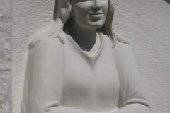 057-rzezba-z-piaskowca-tablica-nagrobna-z-dziewczyna
