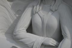 063-rzezba-z-piaskowca-dziewczyna-z-lilia