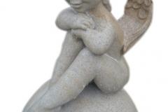 081 Rzezba aniolka na kuli z piaskowca